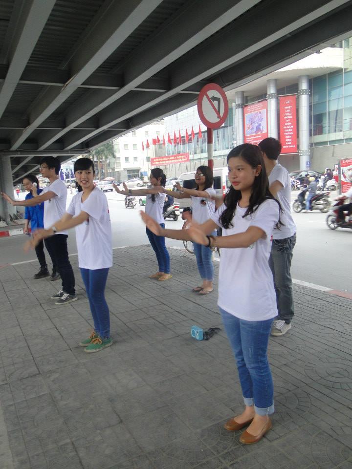 Nhảy flashmob để vận động tắt động cơ