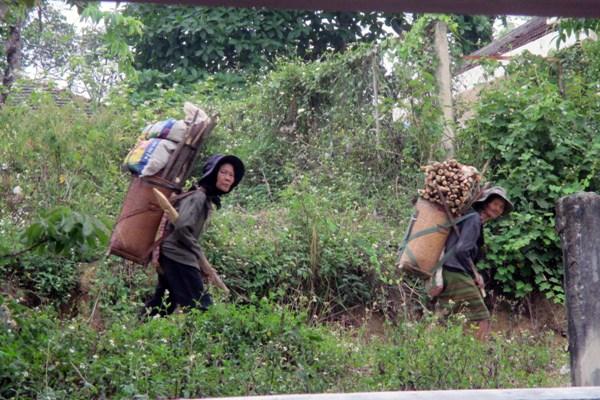 Phụ nữ dân tộc và những gánh nặng oằn vai